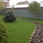 Тоже самое через 8 лет. Дорожка из дубовых срезов естественным образом вписывается в ландшафтный дизайн газона. п. Ростоши